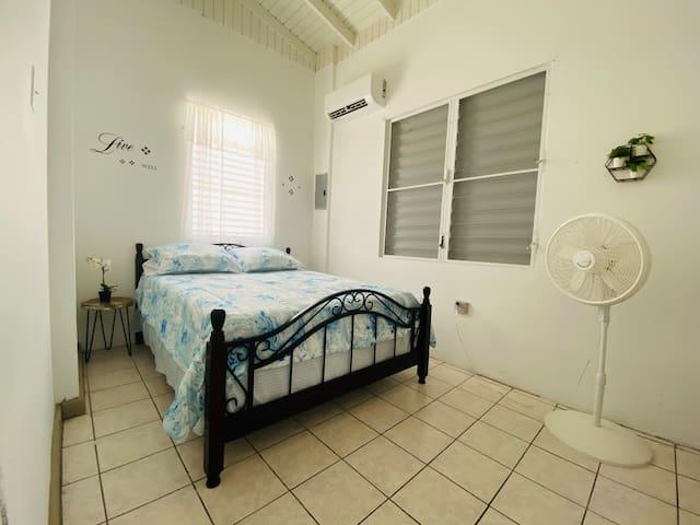 Habitación 1 con cama queen.