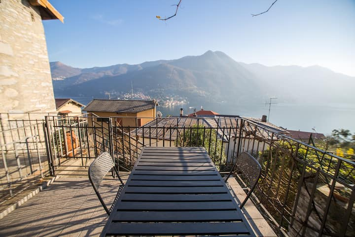 Lake view sunny house with garden, Moltrasio
