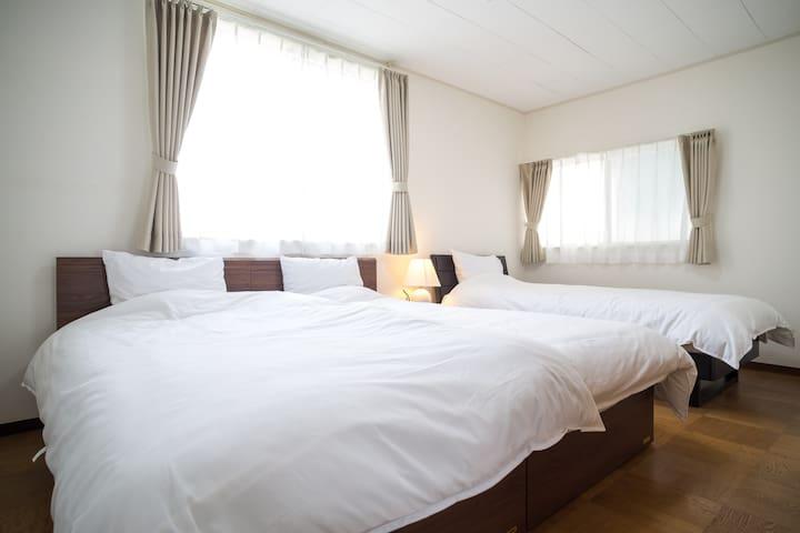 日当たりもよく明るい雰囲気の洋室8畳のベッドルーム。シングルベッドが3台あり、2台のベッドを繋げてお子様と一緒に広々使うこともできます。  Three single Beds in the master bed room. You can put them together and use as a king-size bed.
