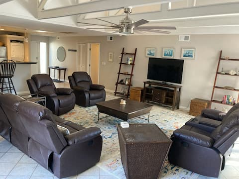 2 blocks to Beach, One Level Villa, COMFY beds