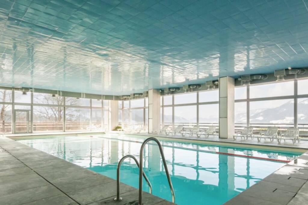 La piscine couverte, chauffée, vue panoramique