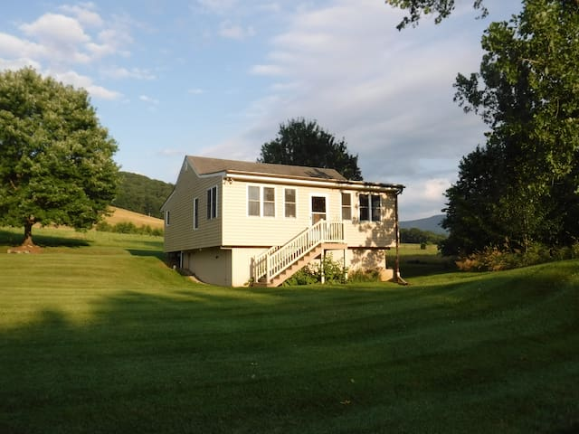 Rustic Cabin located on beautiful farmland - Luray - Kabin