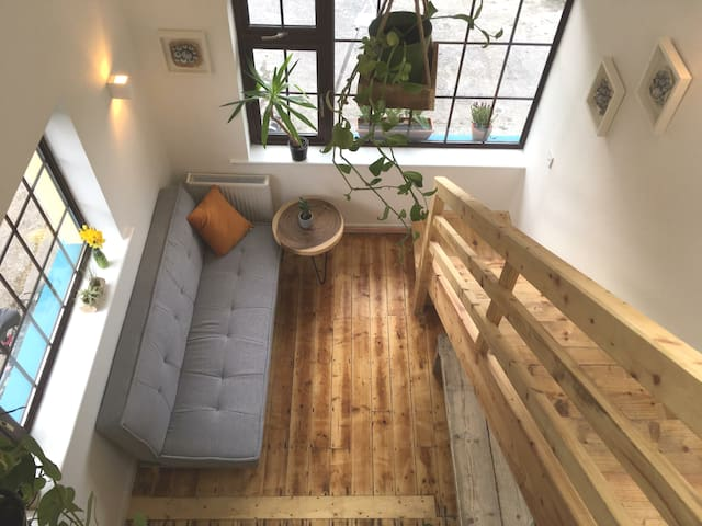 Rural Hideaway in the City- perfect for exploring