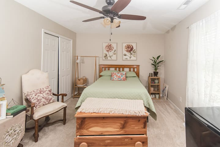 Charming Private Room & Bath-30 min. to downtown