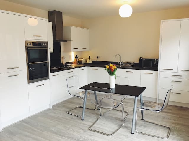 Big double room, contemporary home - Manchester - Huis