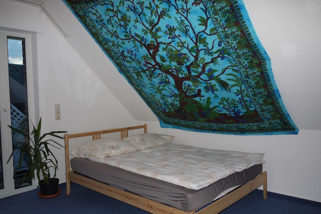 Das Bett im Gästezimmer