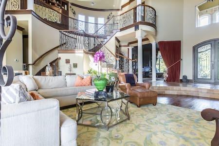 Mini Mansion in Dallas Hill Country - Cedar Hill - Huis