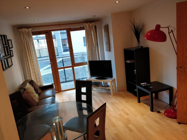 Modern 2 Bed Dockside Apartment with Free Parking