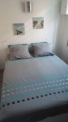 Un chambre avec lit 2 place et placard