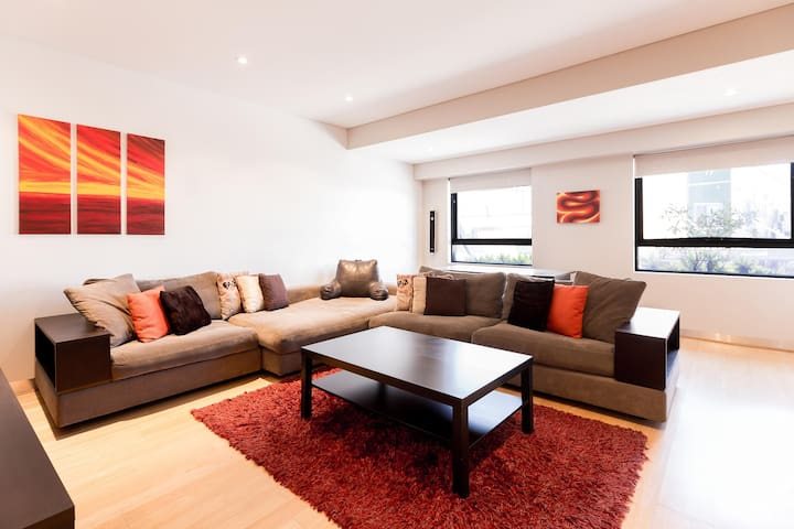 Bold, Modern 1 Bed 10 Mins From the City