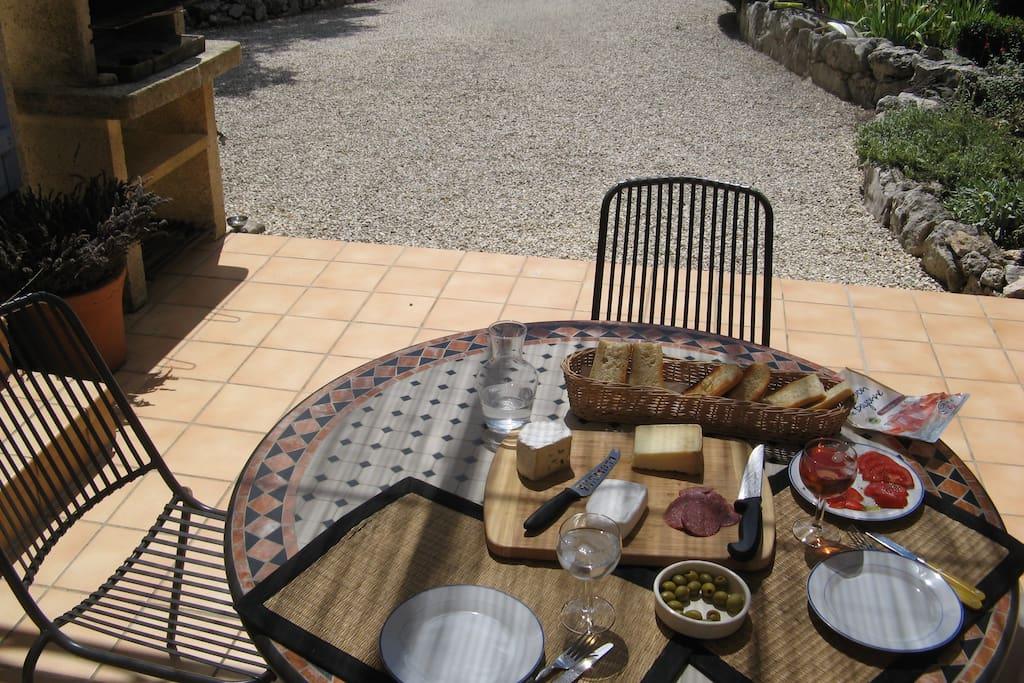 Essplatz auf der offenen Terrasse, windgeschützt und sonnig