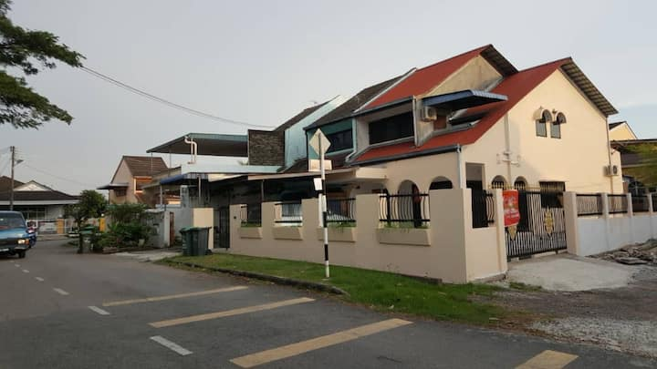 Fariza Homestay - corner lot double storey house