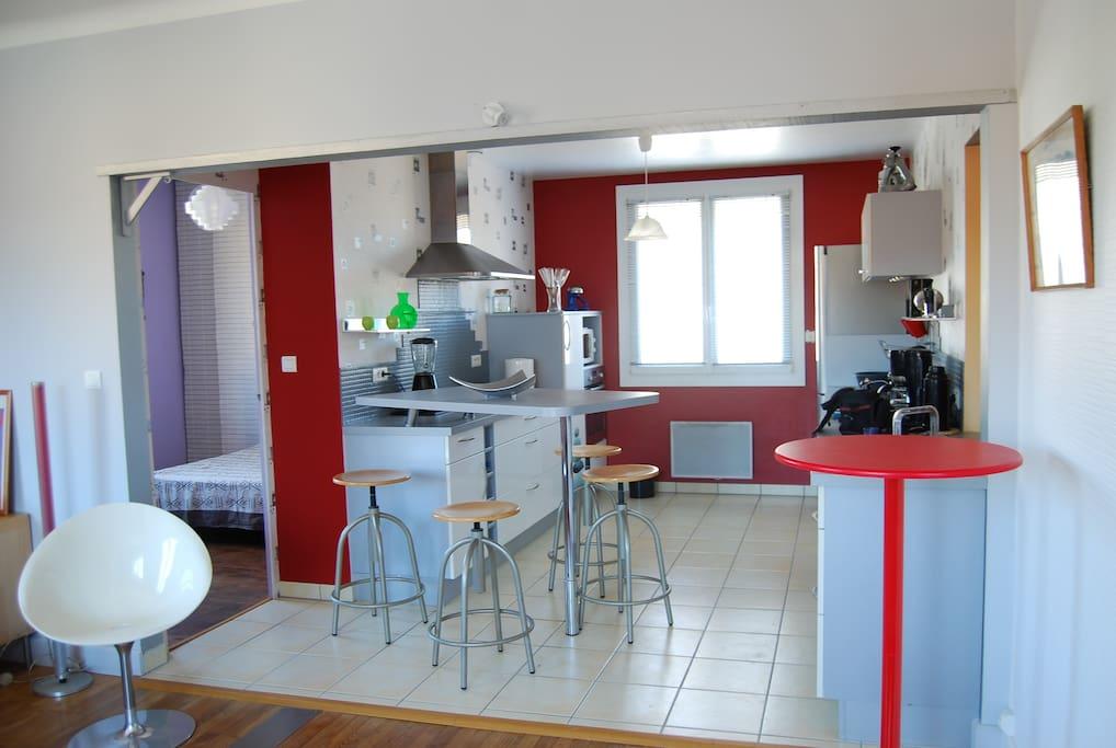 cuisine ouverte sur le salon et passe plat pour salle à manger