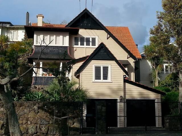 Grand spacious Mt Eden Tudor home, private garden. - Auckland - Hus
