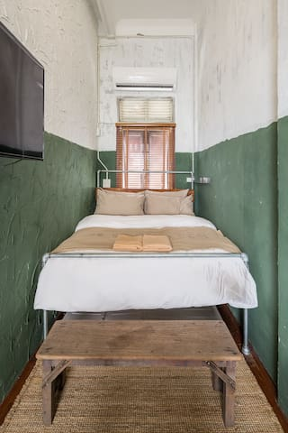 6ft. king size bed with window