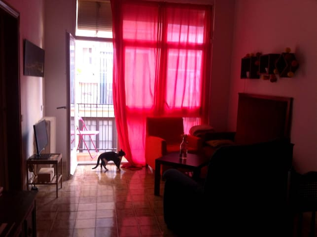 Small room with balcony and double bed - Barcelona - Condominium