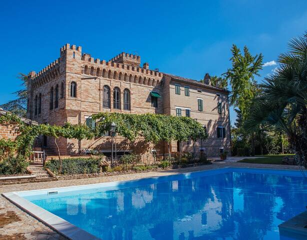 A snug double room in a little castle in le Marche
