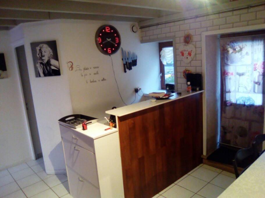 angle de la cuisine bar espace lavabo toilettes a gauche
