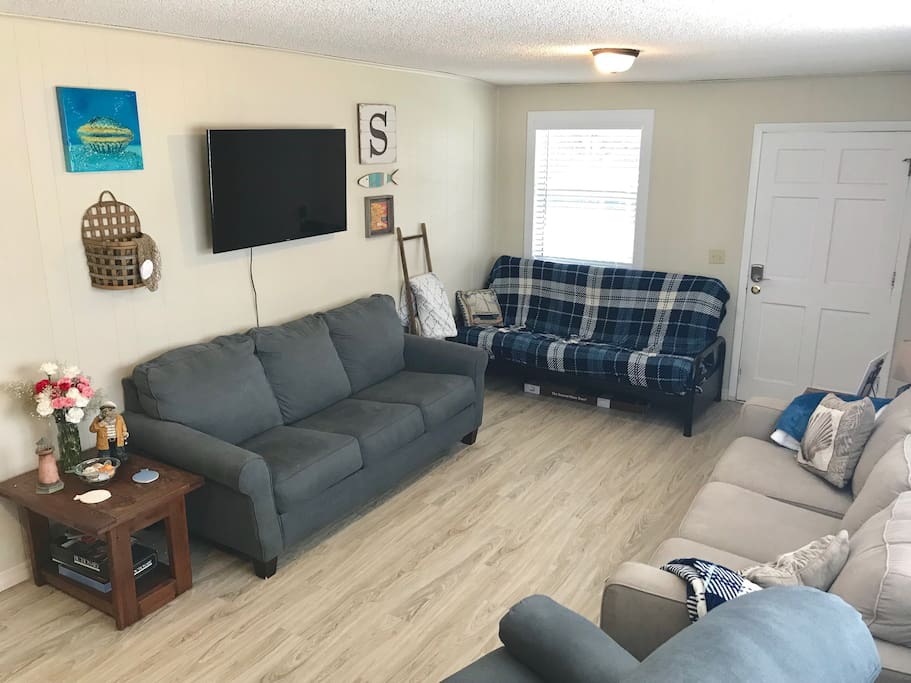 Downstairs living room W/cable TV Full size futon & queen size sleeper couch