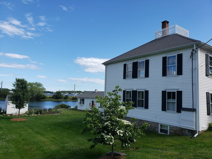 Waterfront gem! Close to everything. Ultraclean.