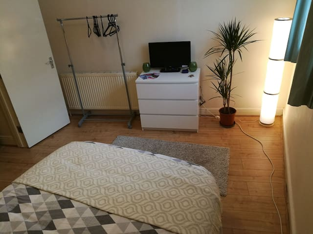 Lovely quiet double room - London