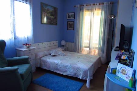 Habitación privada y baño, con acceso a jardin - Santa Cruz de Bezana - Almhütte