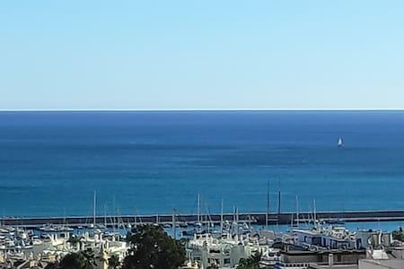 Vistas al mar, Puerto Marina y andando a la playa.