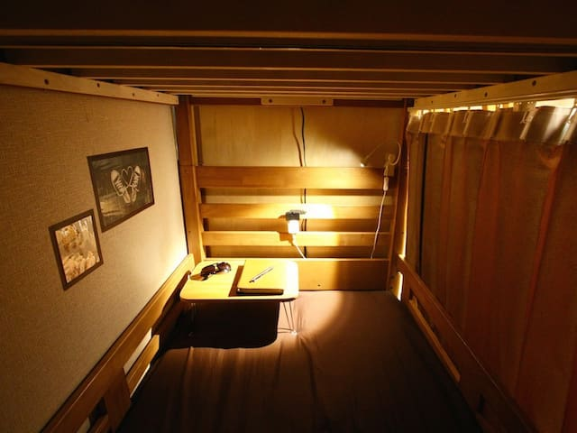 Every bed comes with curtains, a reading light, a table and a socket. 全てのベッドに遮光カーテン、読書灯、テーブル、コンセントが完備されております。