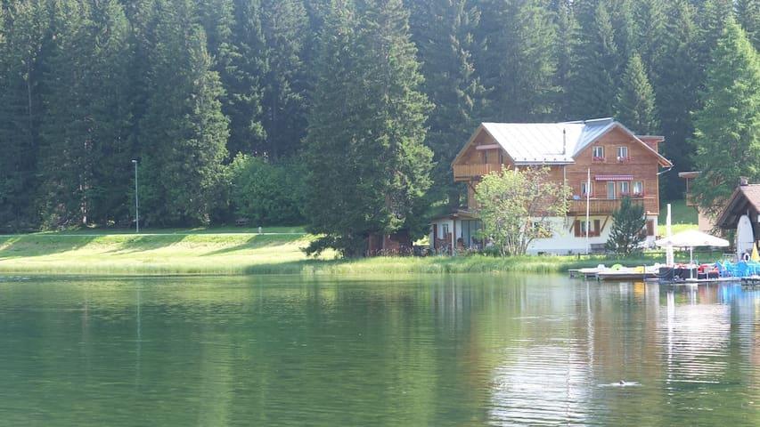 Heimelige Ferienwohnung mit Seeanstoss