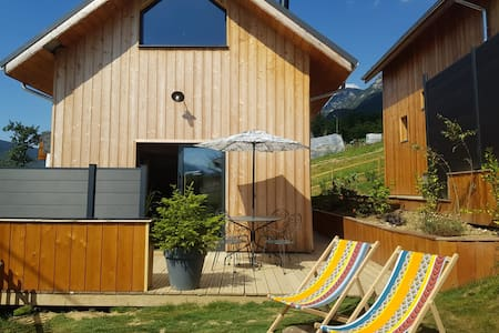 Luxury 2 bed cottage, private hot tub & garden