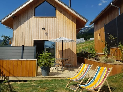 Modern 2 bed, private hot tub & garden, no fees