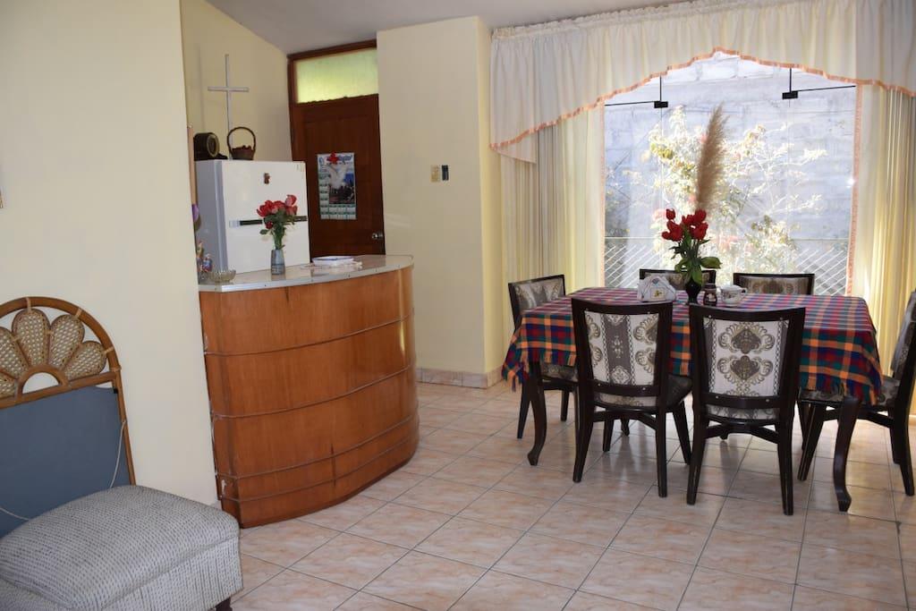 Comedor privado con barra divisoria con la cocina.