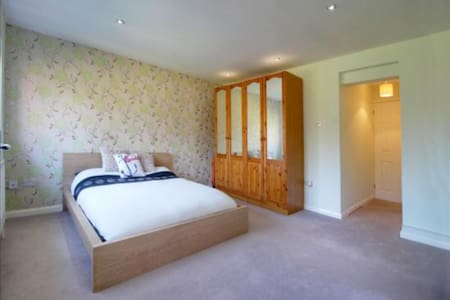 Spacious Kingsize Ensuite - Frimley Green - Rumah