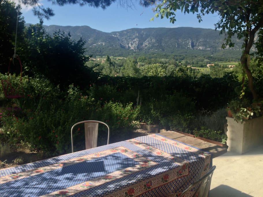 vue de la terrasse sur le Luberon