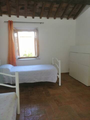 Large bedroom with 2 sigle beds