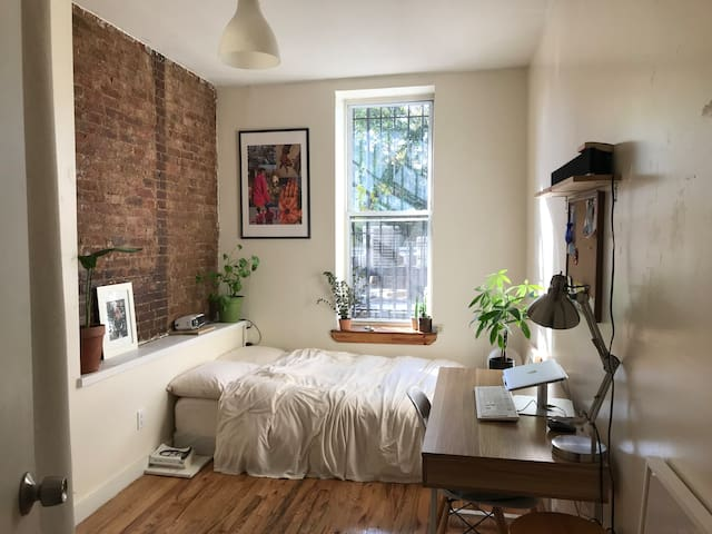 Quiet and Sunny Minimalistic Stay in Bed-Stuy