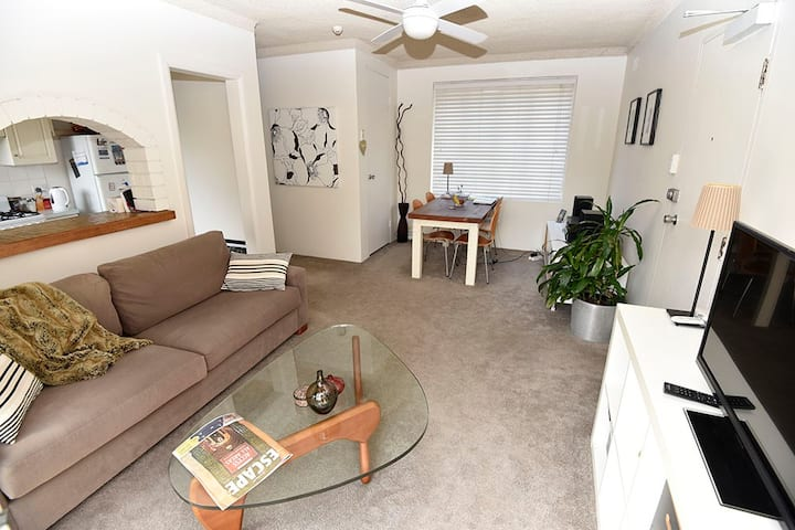 Narrabeen apartment bright and beachy