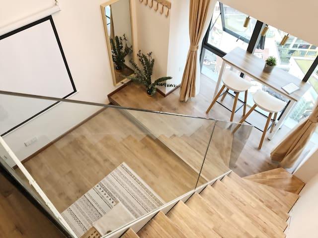 【沐蒽】观音桥商圈双轻轨线中心loft投影轻日系城市view公寓