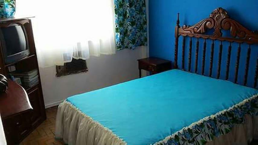 Chambre confortable dans le style colonial