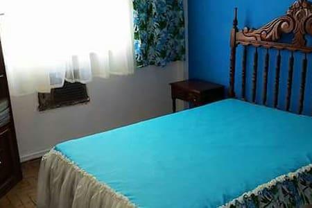 Dormitorio acogedor de estilo colonial