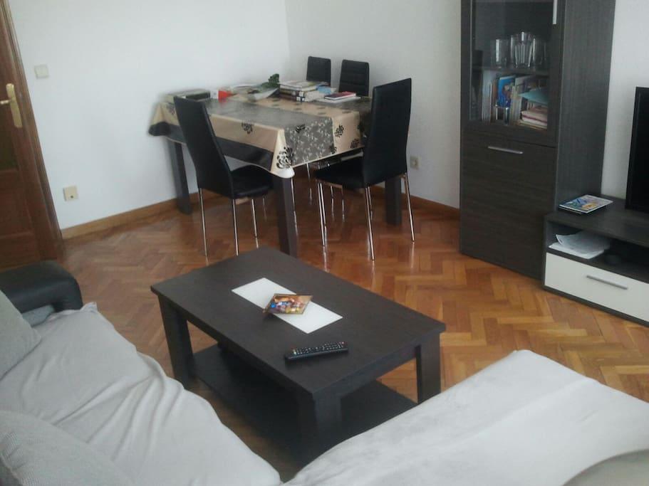 Salón espacioso con suelo parquet. Ideal para jugar a juegos de mesa :)