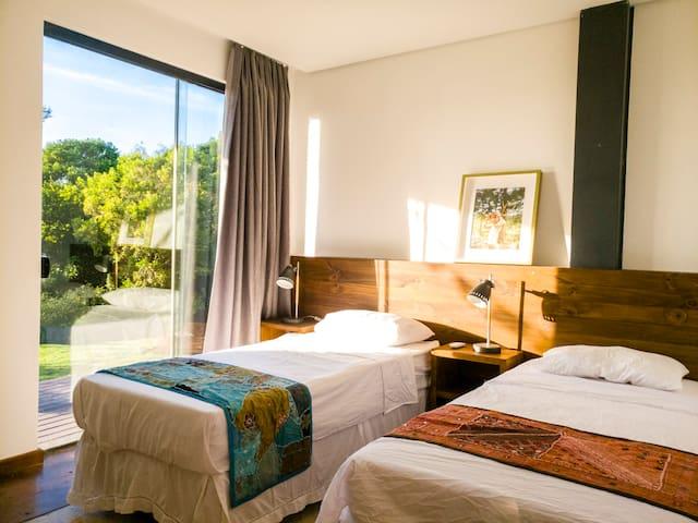 A terceira suite pode ter 2 camas de solteiro ou 1 cama queen.