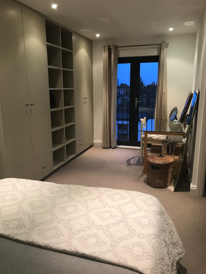 Convenient spacious king BR+en suite well equipped