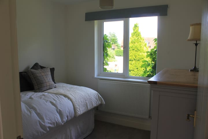 Single bedroom & guest bathroom near to Uttoxeter. - Marchington - Huis