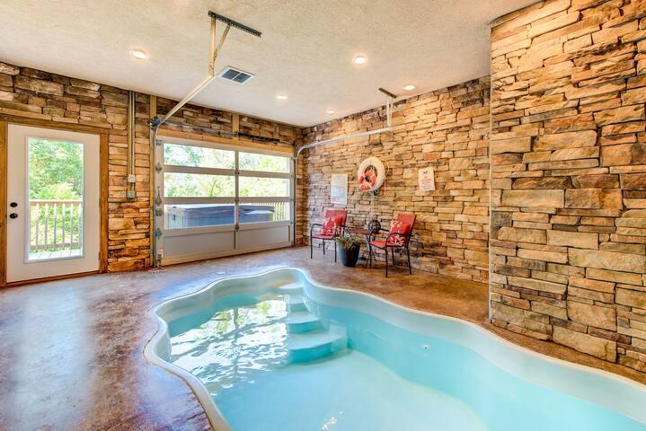 Mountain Splash, 2 Bedrooms, Sleeps 6, Private Indoor Pool, Hot Tub, Pet Friendly