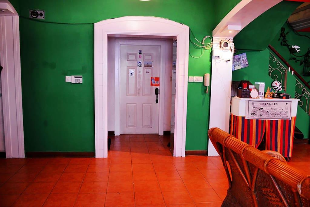 大門 / Front door