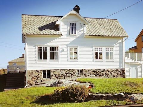 Nyt livet i det koselege landsbyhuset på Fedje.