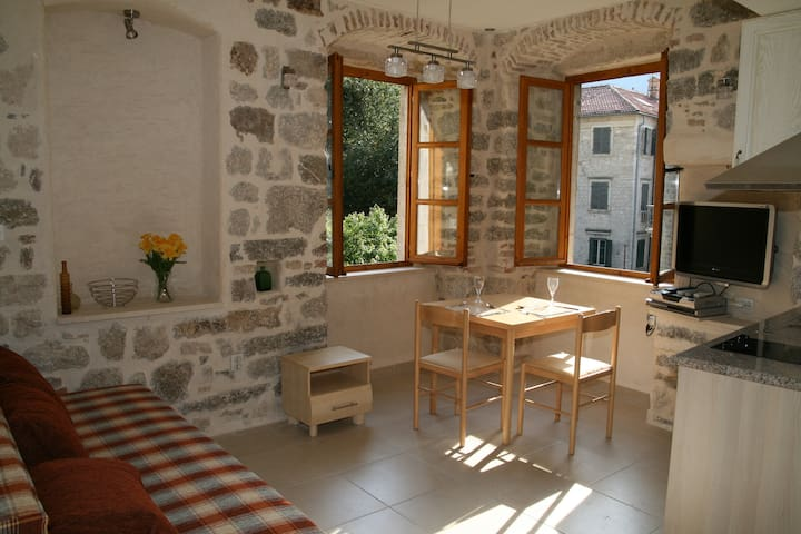 Character Kotor studio apartment with views (left) - Kotor - Wohnung