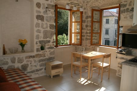 Character Kotor studio apartment with views (left) - Kotor - Appartement