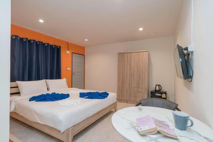Spacious Queen Room, S/Long term rent Patong